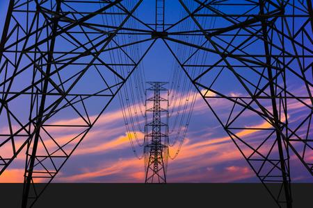실루엣 이미지. 고전압 타워와 화려한 하늘입니다. 여기에는 구조에 대한 클리핑 경로가 있습니다.