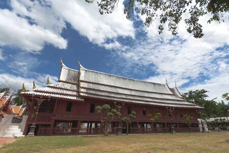 Schöner Predigtsaal in einem Kloster im Wat Yai-Suwannaram. Dieser Ort ist ein wichtiger alter Tempel in der Provinz Phetcharburi in Thailand. Dieser Tempel ist der königliche Tempel der Chakri-Dynastie von Thailand.
