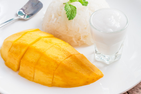 Mango and sticky rice, Thai desserts are made from Ripe mango and sticky rice cook until cooked.Before eating, sprinkle with coconut milk, taste it sweet.