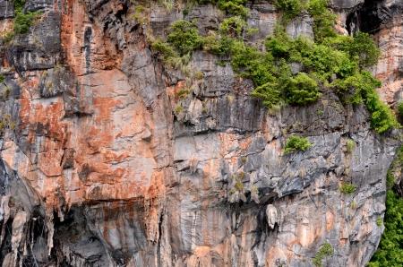 montañas caricatura: Acantilado de la isla Phi Phi, Krabi Province en Tailandia