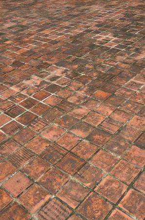 perspectiva lineal: piso de ladrillo viejo, perspectiva naranja antig�edades piso de ladrillo con el hongo h�medo negro