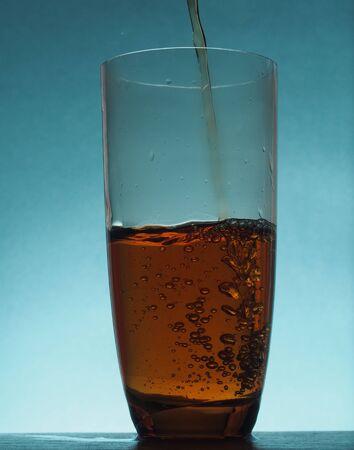 투명한 유리 잔으로 주전자에서 차를 부어. 정물. 스톡 콘텐츠 - 91753138