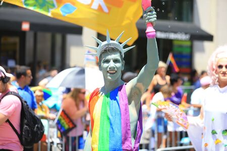 NEW YORK, NEW YORK - JUNE 30: A marcher dressed as a the Statue of Liberty gestures for the camera during the Pride March WorldPride NYC 2019 on June 30, 2019 in New York City. (Photo by Gordon Donovan) Redactioneel
