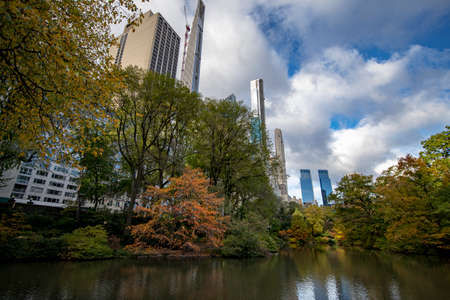 Colorful trees and the water near the Loch in Central Park, New York City Фото со стока