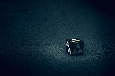 6 sided black die for a game with skull and crossbones Banco de Imagens
