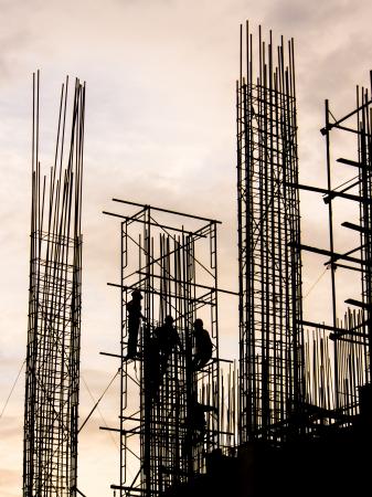 Silhouette der Arbeitnehmer in Baustelle Standard-Bild - 14338249