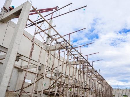 befejezetlen: Befejezetlen építkezés, kék ég Stock fotó