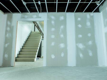 기존의 상업용 건물에 인테리어 리모델링 작업 - 천장 전기 시스템 및 벽을 위해 준비되고있다는 그림에 대한 준비가되어 스톡 콘텐츠