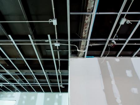 기존의 상업용 건물에 인테리어 리모델링 작업 - 천장 전기 시스템과 벽을 위해 준비되고있다 그림에 대 한 준비가되어 있습니다