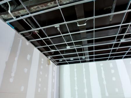 기존 상업용 건물에 인테리어 리모델링 작업 - 천장 전기 시스템과 벽을 위해 준비되고있다 그림에 대 한 준비가되어 있습니다