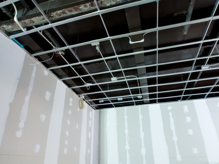 Interieur verbouwing werken aan een bestaand bedrijfsgebouw - plafond wordt voorbereid voor elektriciteit-systeem en de wand worden voorbereid voor het schilderen van