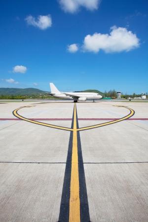 Vliegtuig te laten opstijgen en taxiën naar rechts op de lijn