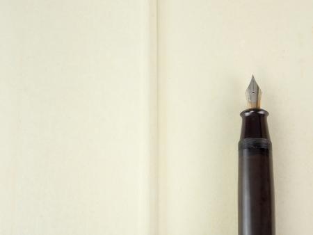 Abra el libro con la pluma vieja Foto de archivo - 15393018