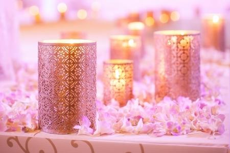 Bloemen en kaars decoratie voor een bruiloft