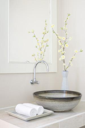 handdoek door de gootsteen in de spa