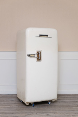 아늑한 방에서 오래된 냉장고