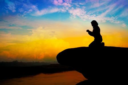 Silueta de niña rezando en la colina Foto de archivo - 31159671