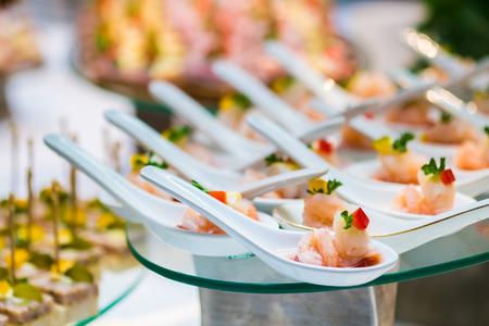 cocktail party met garnalen in lepel Stockfoto