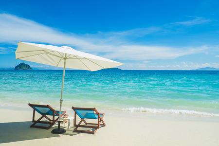 stoelen met paraplu op het strand
