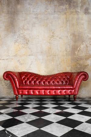 실내 장식의 빈티지 스타일의 검은 색과 흰색 바닥과 콘크리트 벽과 가죽 소파 스톡 콘텐츠