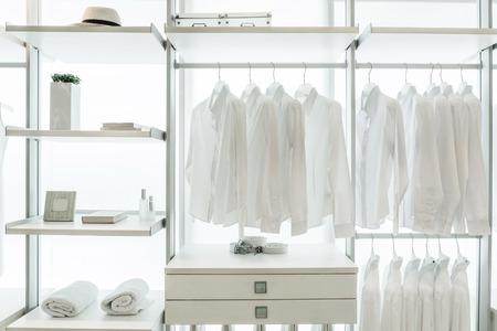 Camisas blancas que cuelgan en blanco incorporados paños bastidores, con cajones y otros accesorios Foto de archivo - 31062587