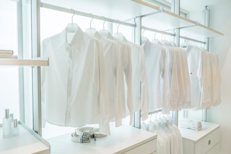 서랍 및 기타 액세서리 흰색 내장 옷 선반에 매달려 흰색 셔츠, 스톡 콘텐츠