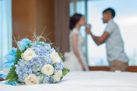 Blumenstrauß auf dem Bett mit Hintergrund verschwommen Braut mit ihr machen für ihre Hochzeit