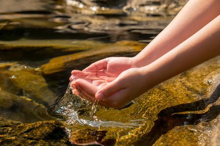 water wave: handen houden van helder water uit natuurlijke goed