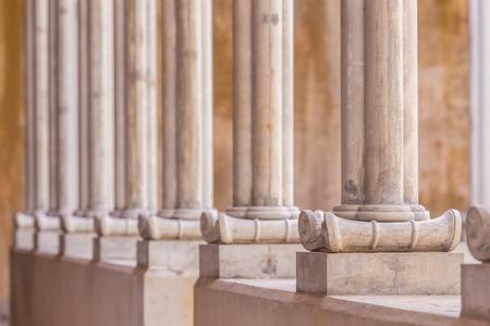 orden judicial: listo línea concreta instantánea hecha pilar hasta estilo romano