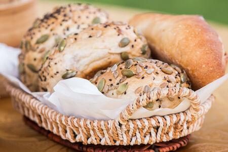 Brot auf Platte an der Außenrestaurant