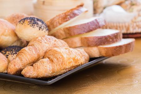 Brot auf Platte im Restaurant im Freien Lizenzfreie Bilder