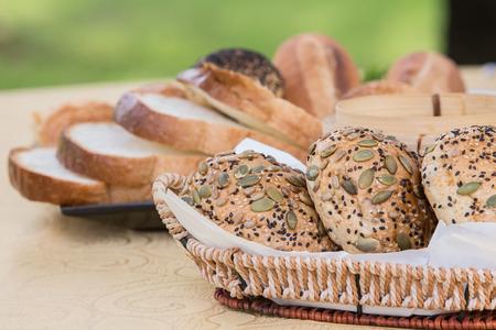 Brot im Korb auf dem Freiluftrestaurant Lizenzfreie Bilder