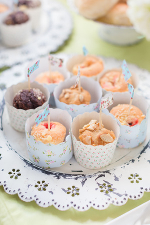 Mini cupcakes in pastel packaging for party Standard-Bild - 111237077