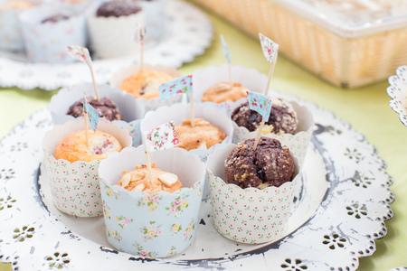 Mini cupcakes in pastel packaging for party Standard-Bild - 111237078