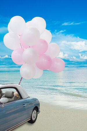 alt Oldtimer am Strand mit Luftballons Lizenzfreie Bilder