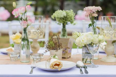 Utomhus catering middag på bröllop med hemlagad garnering dekoration