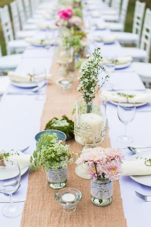 Outdoor catering diner in het huwelijk met zelfgemaakte garnituren decoratie