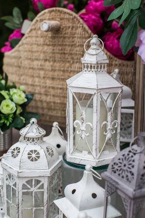 Kerzenlampen Dekoration in der Ecke des Gartens Lizenzfreie Bilder