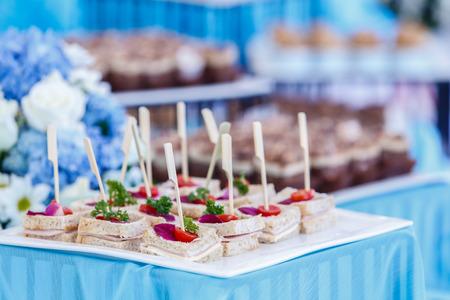 Snack-Bar in Cocktail-Party, Sandwiches mit Stöcken servierfertig