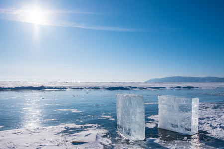 Ice cubes on frozen lake of Baikal during winter. 免版税图像