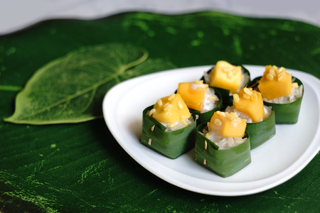 Mango with sticky rice in banana leaves cups, popular Thai dessert Stok Fotoğraf