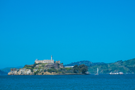 Alcatraz island view with boats for tourist, blue sky 版權商用圖片