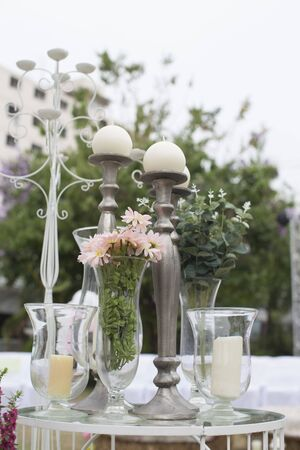Dîner traiteur en plein air au mariage avec décoration de garnitures maison
