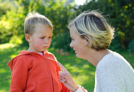 Mutter schimpft ihren Sohn in den Park zu weinen