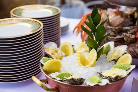 Oysters served on the restaurant table Zdjęcie Seryjne