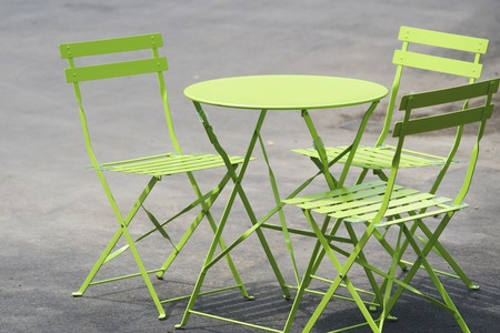 Green table and chairs stand on street in London Zdjęcie Seryjne