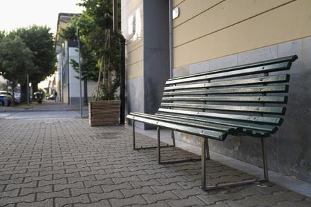 Green bench near the wall Zdjęcie Seryjne