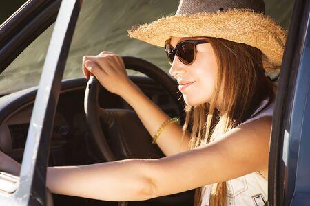 roadtrip: country fashion woman on a roadtrip