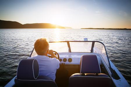 Reifen Mann fahren Schnellboot Standard-Bild - 52234136