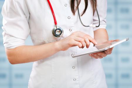 junge Arzt mit digitalen Tablette